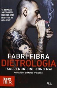 Immagine con testo: Fabri Fibra Dietrologia libro